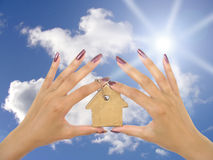 χέρια που κρατούν το μπρε&lambd Στοκ Εικόνα