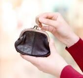 Χέρια που κρατούν το νόμισμα και την αναδρομική ορισμένη σακούλα χρημάτων στη λεωφόρο στοκ φωτογραφία