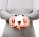 Χέρια που κρατούν το σπίτι εγγράφου στοκ εικόνα με δικαίωμα ελεύθερης χρήσης
