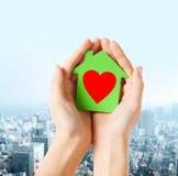 Χέρια που κρατούν το σπίτι Πράσινης Βίβλου Στοκ φωτογραφίες με δικαίωμα ελεύθερης χρήσης