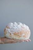 Χέρια που κρατούν το σπιτικό ψωμί χωρών Στοκ Εικόνες