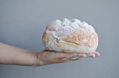 Χέρια που κρατούν το σπιτικό ψωμί χωρών Στοκ φωτογραφία με δικαίωμα ελεύθερης χρήσης
