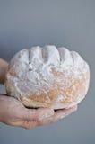 Χέρια που κρατούν το σπιτικό ψωμί χωρών Στοκ φωτογραφίες με δικαίωμα ελεύθερης χρήσης