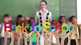 Χέρια που κρατούν ψηλά πίσω στο σχολείο φιλμ μικρού μήκους