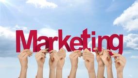 Χέρια που κρατούν ψηλά το μάρκετινγκ απόθεμα βίντεο