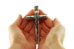 Χέρια που κρατούν crucifix Στοκ Εικόνες