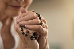 Χέρια που κρατούν rosary και την επίκληση στοκ φωτογραφίες με δικαίωμα ελεύθερης χρήσης