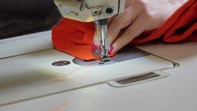 χέρια που κρατούν seamstress μέτρου την εργασία απόθεμα βίντεο