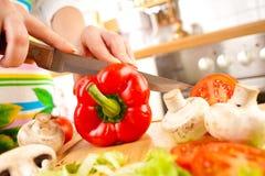 Χέρια που κόβουν τα λαχανικά Στοκ Εικόνα