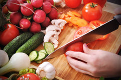Χέρια που κόβουν την ντομάτα Στοκ Εικόνα
