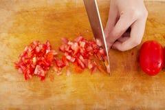 Χέρια που κόβουν την ντομάτα Στοκ εικόνα με δικαίωμα ελεύθερης χρήσης