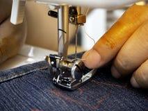 Χέρια που λειτουργούν στη ράβοντας μηχανή στοκ φωτογραφίες με δικαίωμα ελεύθερης χρήσης