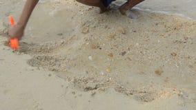 Χέρια που παίζουν με την άμμο στην παραλία φιλμ μικρού μήκους