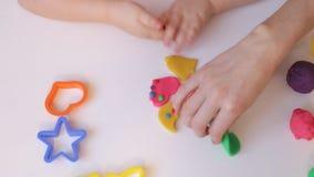 Χέρια που παίζουν με τον άργιλο απόθεμα βίντεο