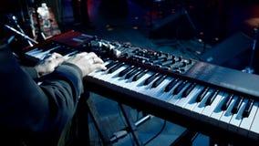 Χέρια που παίζουν σε έναν συνθέτη απόθεμα βίντεο