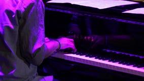 Χέρια που παίζουν το πιάνο φιλμ μικρού μήκους