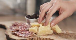 Χέρια που παίρνουν τα ιταλικά ορεκτικά antipasti από τον πίνακα Στοκ εικόνες με δικαίωμα ελεύθερης χρήσης