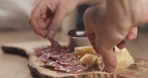 Χέρια που παίρνουν τα ιταλικά ορεκτικά antipasti από τον πίνακα Στοκ φωτογραφία με δικαίωμα ελεύθερης χρήσης