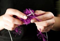 χέρια που πλέκουν spokes το πράγ Στοκ φωτογραφία με δικαίωμα ελεύθερης χρήσης
