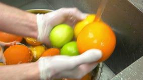 Χέρια που πλένουν τα εσπεριδοειδή απόθεμα βίντεο