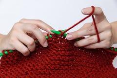 Χέρια που πλέκουν ένα επαν κασκόλ στοκ φωτογραφία με δικαίωμα ελεύθερης χρήσης