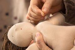 Χέρια που ράβουν μια κούκλα Waldorf Στοκ φωτογραφίες με δικαίωμα ελεύθερης χρήσης
