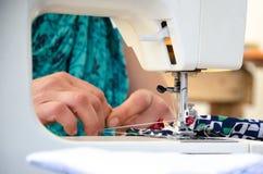 Χέρια που ράβουν σε μια μηχανή Στοκ Εικόνα