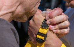 Χέρια που στην προσπάθεια για τη νίκη στοκ φωτογραφία με δικαίωμα ελεύθερης χρήσης