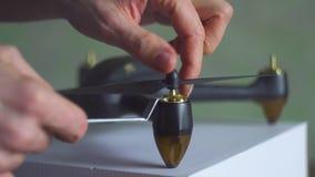Χέρια που συγκεντρώνουν copter, κηφήνας, 4k φιλμ μικρού μήκους