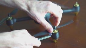 Χέρια που συγκεντρώνουν copter, κηφήνας, 4k απόθεμα βίντεο