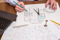 Χέρια που σύρουν με την αρχιτεκτονική με την όργανο μέτρησης και το lap-top Στοκ Εικόνες