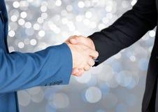Χέρια που τινάζουν με το λαμπιρίζοντας ελαφρύ υπόβαθρο bokeh Στοκ εικόνες με δικαίωμα ελεύθερης χρήσης
