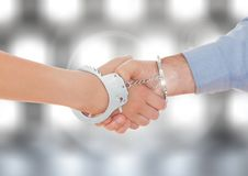 Χέρια που τινάζουν τις διαθέσιμες μανσέτες χεριών με το λαμπιρίζοντας ελαφρύ υπόβαθρο bokeh Στοκ εικόνες με δικαίωμα ελεύθερης χρήσης