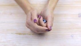 Χέρια που τρίβουν το ένα το άλλο, νευρικό απόθεμα βίντεο
