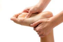 Χέρια που τρίβουν το πόδι που απομονώνεται Στοκ Εικόνα