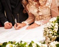 Χέρια που υπογράφουν κατά τη διάρκεια του γάμου στοκ εικόνες με δικαίωμα ελεύθερης χρήσης