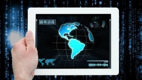 Χέρια που χρησιμοποιούν την ψηφιακή ταμπλέτα που επιδεικνύει τους κεντρικούς εργαζομένους κλήσης φιλμ μικρού μήκους