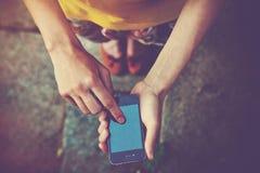 Χέρια που χρησιμοποιούν το smartphone app Στοκ εικόνα με δικαίωμα ελεύθερης χρήσης