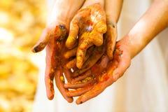 Χέρια που χρωματίζονται Στοκ Φωτογραφίες