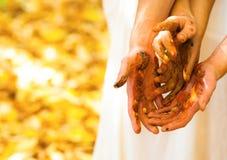 Χέρια που χρωματίζονται Στοκ εικόνες με δικαίωμα ελεύθερης χρήσης
