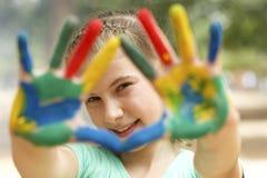 χέρια που χρωματίζονται Στοκ Φωτογραφία
