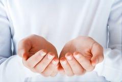 χέρια πράξεων που παρουσιάζουν κάτι στοκ φωτογραφία