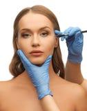 Χέρια προσώπου και beautician γυναικών Στοκ εικόνες με δικαίωμα ελεύθερης χρήσης