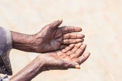 Χέρια προσώπων που ικετεύουν για τα τρόφιμα ή τη βοήθεια Στοκ Φωτογραφίες