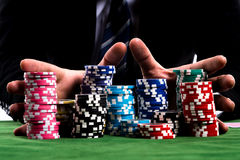 Χέρια πόκερ φορέων που ωθούν σε όλα τα τσιπ του στη στοιχημάτιση Στοκ φωτογραφία με δικαίωμα ελεύθερης χρήσης