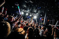 Χέρια πλήθους σκιαγραφιών λεσχών νύχτας επάνω στο στάδιο ατμού κομφετί Στοκ Φωτογραφίες