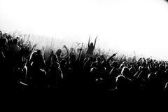 Χέρια πλήθους σκιαγραφιών λεσχών νύχτας επάνω στο στάδιο ατμού κομφετί Στοκ Εικόνες