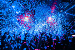 Χέρια πλήθους σκιαγραφιών λεσχών νύχτας επάνω στο στάδιο ατμού κομφετί στοκ φωτογραφία με δικαίωμα ελεύθερης χρήσης