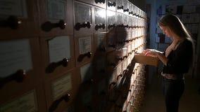 χέρια πλήρωσης γραφείων αρχείων που ψάχνουν το σπουδαστή Σπουδαστής σκιαγραφιών απόθεμα βίντεο