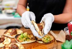 Χέρια πλανόδιων πωλητών που κάνουν το taco υπαίθρια Στοκ εικόνα με δικαίωμα ελεύθερης χρήσης